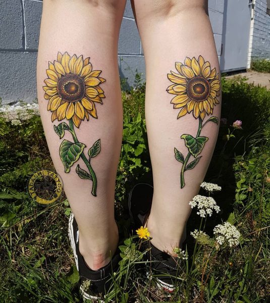Hình xăm hoa hướng dương có kích thước nhỏ ngay cổ chân cũng là một mẫu hình xăm hợp tuổi 1990 các bạn nữ Canh Ngọ có thể lựa chọn
