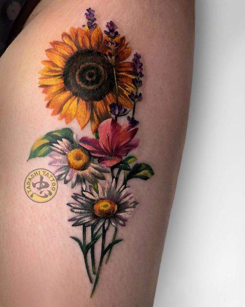 Hình xăm hoa hướng dương - loài hoa của ánh mặt trời sẽ giúp các bạn nữ sinh năm 1990 trông cá tính và đầy sức sống hơn