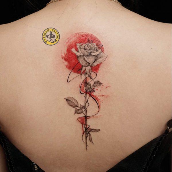Hình xăm hoa hồng với tông màu đỏ rực thích hợp cho các bạn nữ tuổi Đinh Mão