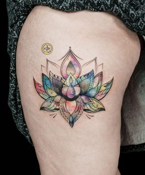 Hình xăm hoa sen nhỏ ngay đùi chân sẽ giúp bạn nữ canh ngọ nổi bật hơn giữa đám đông