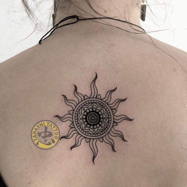 Hình xăm mặt trời ở lưng cũng thích hợp cho những bạn nữ Mậu Dần có cá tính