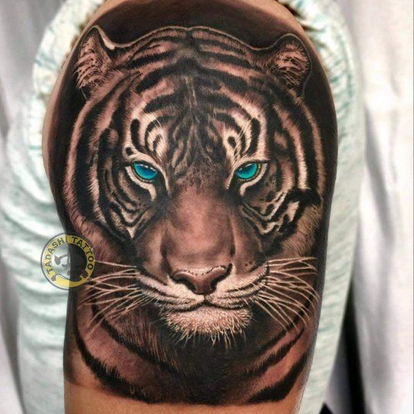 hình xăm con hổ ở bắp tay là linh vật may mắn cho người tuổi bính dần