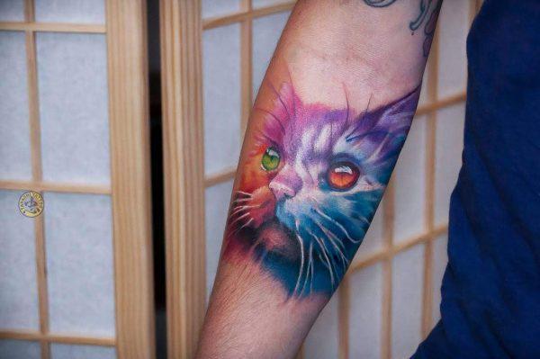 hình xăm con mèo ở cánh tay màu hồng tím hợp phong thủy cho những người sinh năm 1998