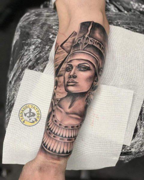 hình xăm nữ hoàng ai cập ở cánh tay độc đáo đầy tính nghệ thuật cho nam giới mậu dần