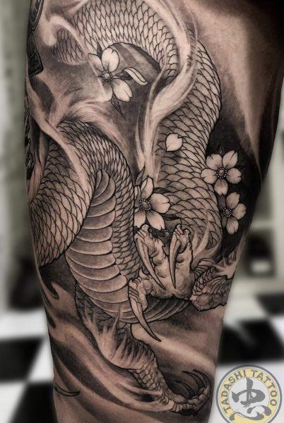 hình xăm con rồng ở bắp đùi đầy nghệ thuật và thẩm mi cho tuổi đinh mão