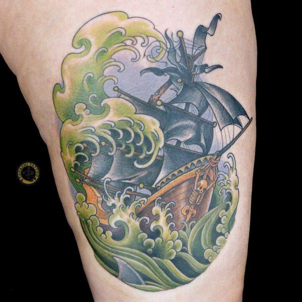 hình xăm con sống xanh cùng thuyền buồm ở bắp chân nữ giới kỷ tỵ