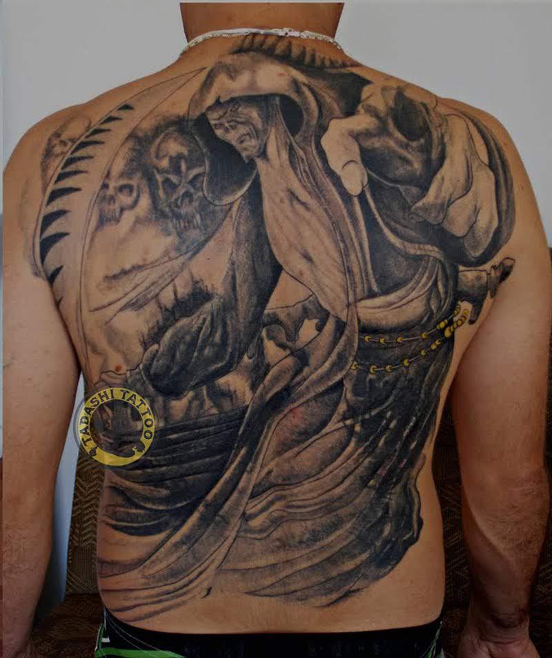 Hình xăm thần chết đầy ấn tượng với đường nét tinh tế, sắc sảo tại lưng thích hợp dành cho các bạn nam manh mẽ