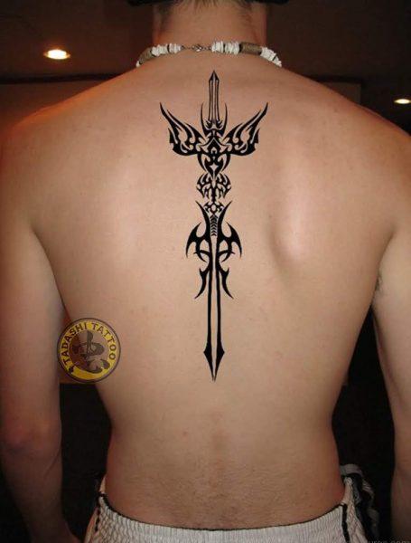 hình xăm thanh gươm ở sau lưng đem lại vận may cho những người sinh năm 1983
