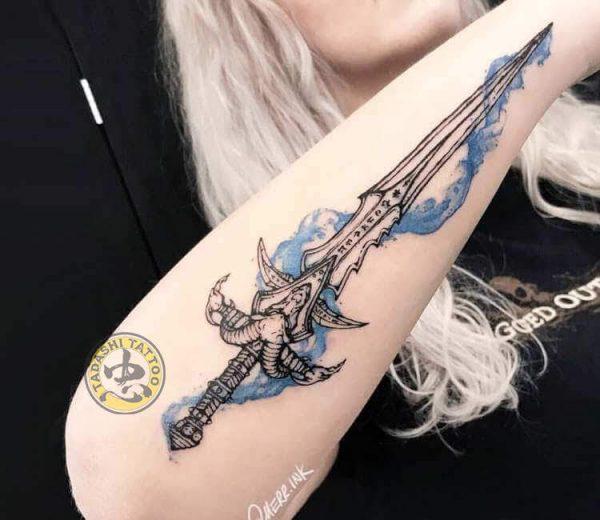 Hình xăm thanh kiếm đầy quyền lực cho nữ giới tuổi bính tý