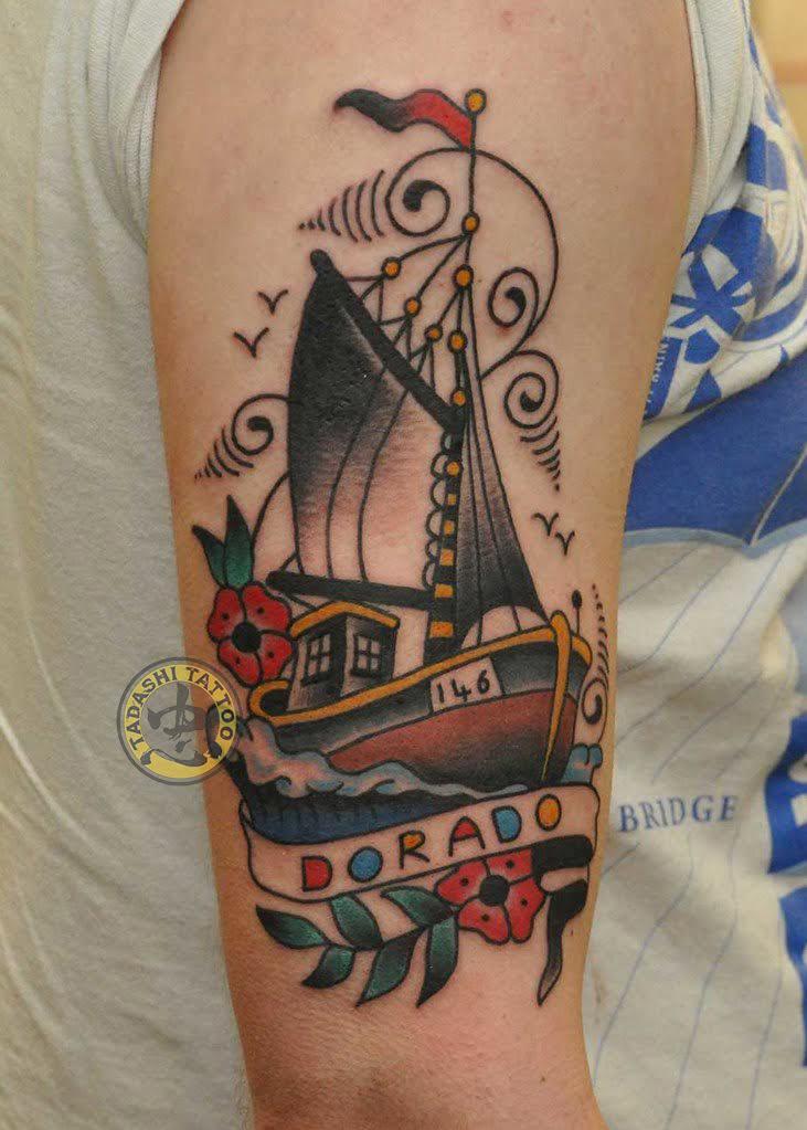 hình xăm thuyền buồm ở đùi