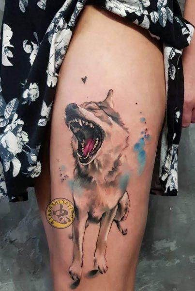 hình xăm chú chó ở chân đang gầm gừ hợp phong thủy tuổi nhâm tuất