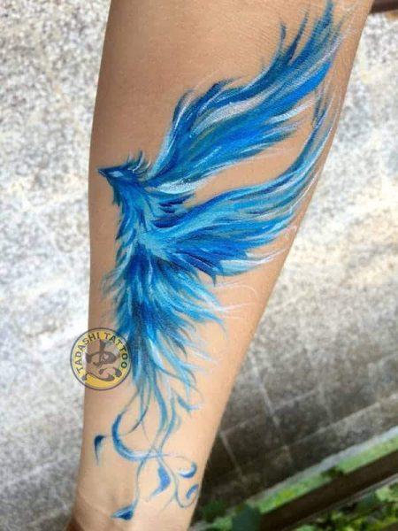 hình xăm phượng hoàng màu xanh dương ở cánh tay đầy nghệ thuật đẹp mắt cho tuổi kỷ tỵ 1989