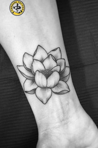 xăm hoa sen trên cổ tay