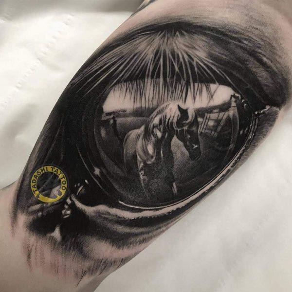 hình xăm chú ngựa ở cánh tay với phong cách lồng ghép độc đáo lạ mắt cho tuổi canh ngọ