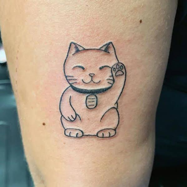 hình xăm mèo thần tài ở chân