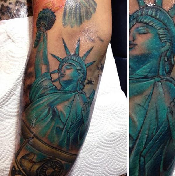 hình xăm nữ thần tự do ở bắp tay