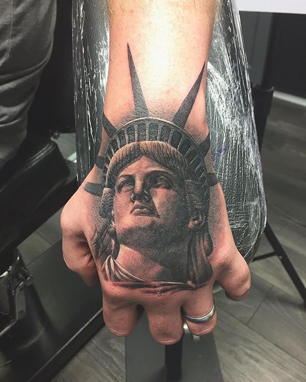 xăm hình nữ thần tự do ở bàn tay