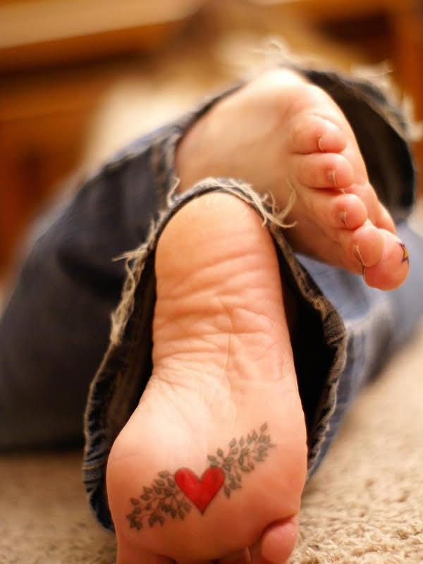 xăm trái tim lòng bàn chân